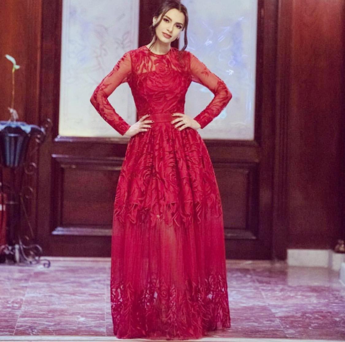 فستان بأكمام شفافة من وحي كارمن سليمان