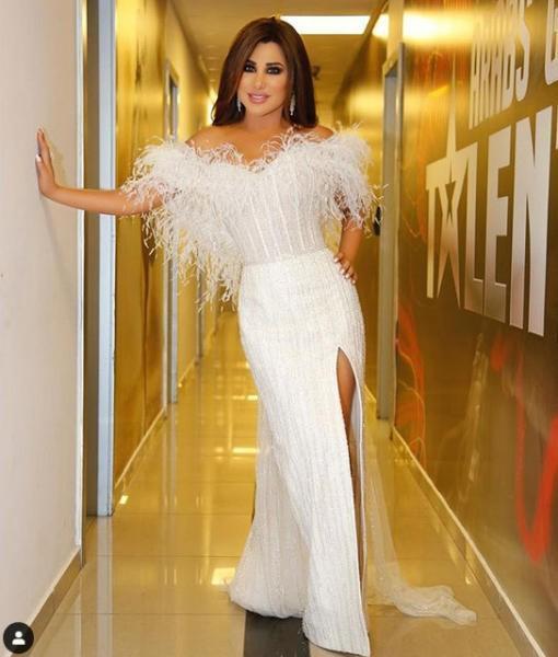 فستان أبيض مزين بالريش