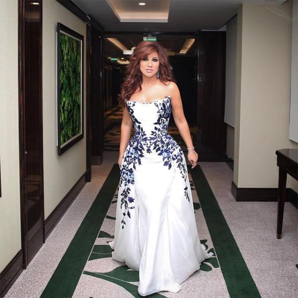 فستان نجوى كرم الأبيض بالتصميم المنفوش والمزين بالورود