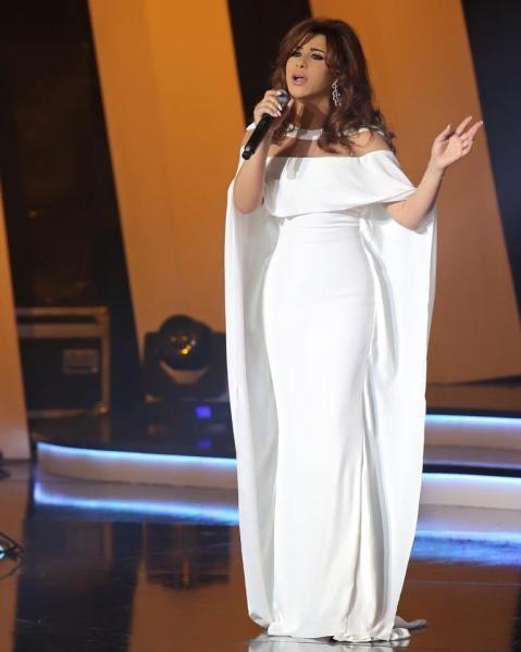 فستان أبيض بقصة عامودية