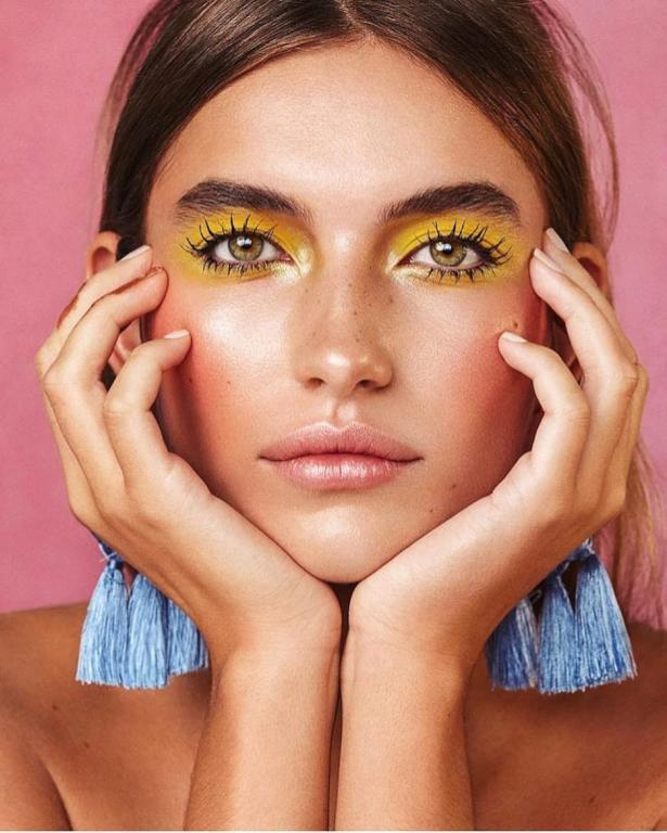 مكياج العيون الأصفر القوي