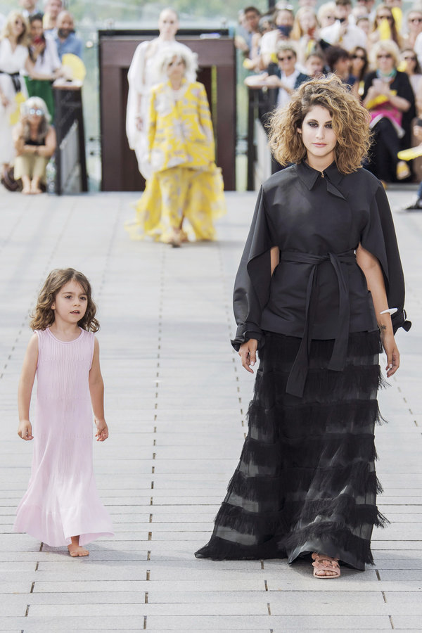 مدوّنة الموضة نور عريضة  مع ابنتها