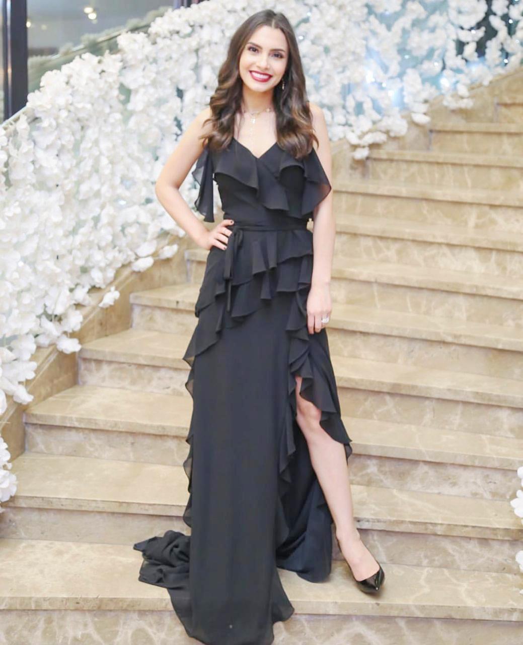 فستان أسود على غرار كارمن سليمان