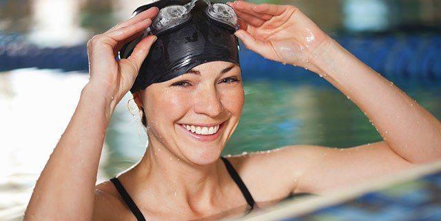كيف تحافظين على جمال شعرك من مياه حمام السباحة