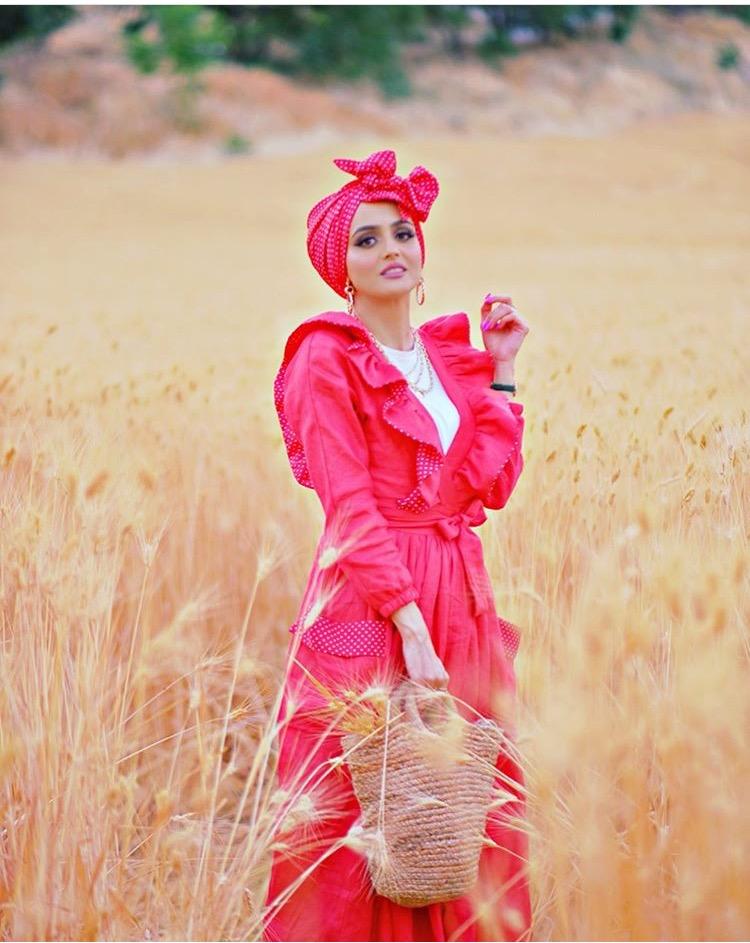 فستان من غادة عثمان مع لمسات البولكا على الجيوب والكشكشة