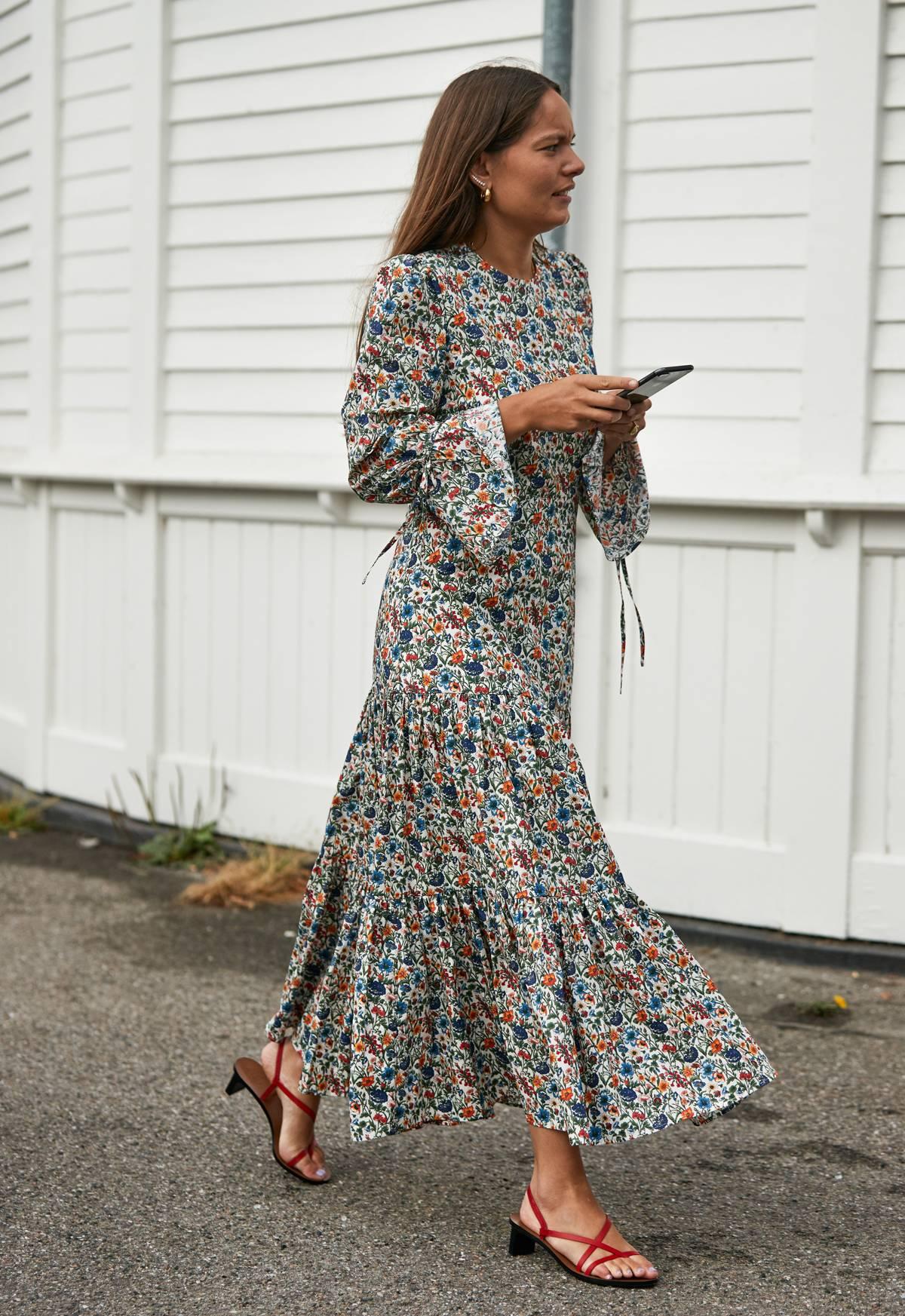 الفساتين الموردة