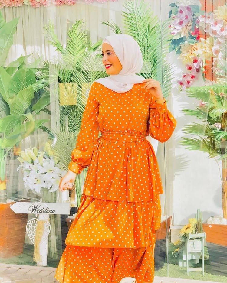 المدونة نورهان حسن بإطلالة بفستان منقط بلون اليقطين