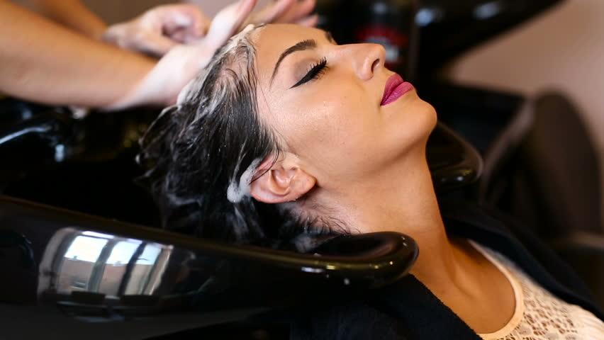 نظافة الشعر تلعب دوراً كبيراً في التخلص من رائحته