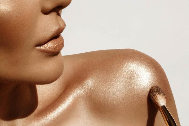 استعيني بمستحضر البرونزر الذهبي لتعزيز لون البشرة طبيعيا