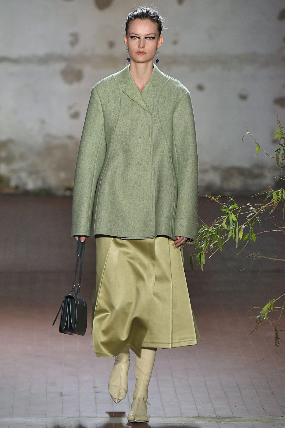 الأخضر الفستقي على ممشى العروض