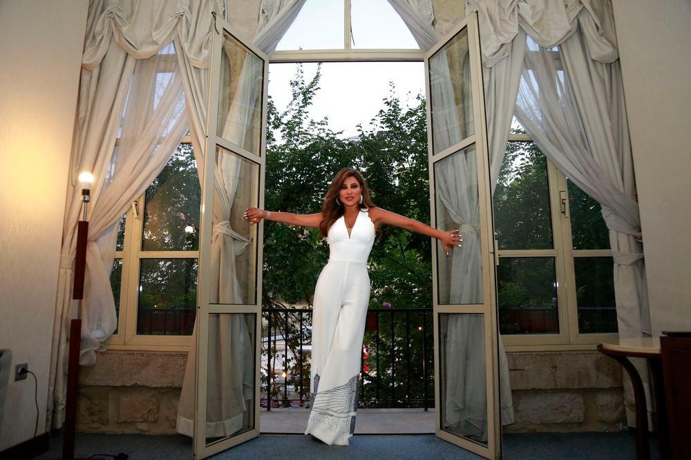 جمبسوت أبيض اللون حمل توقيع المصمم اللبناني سيدريك حداد