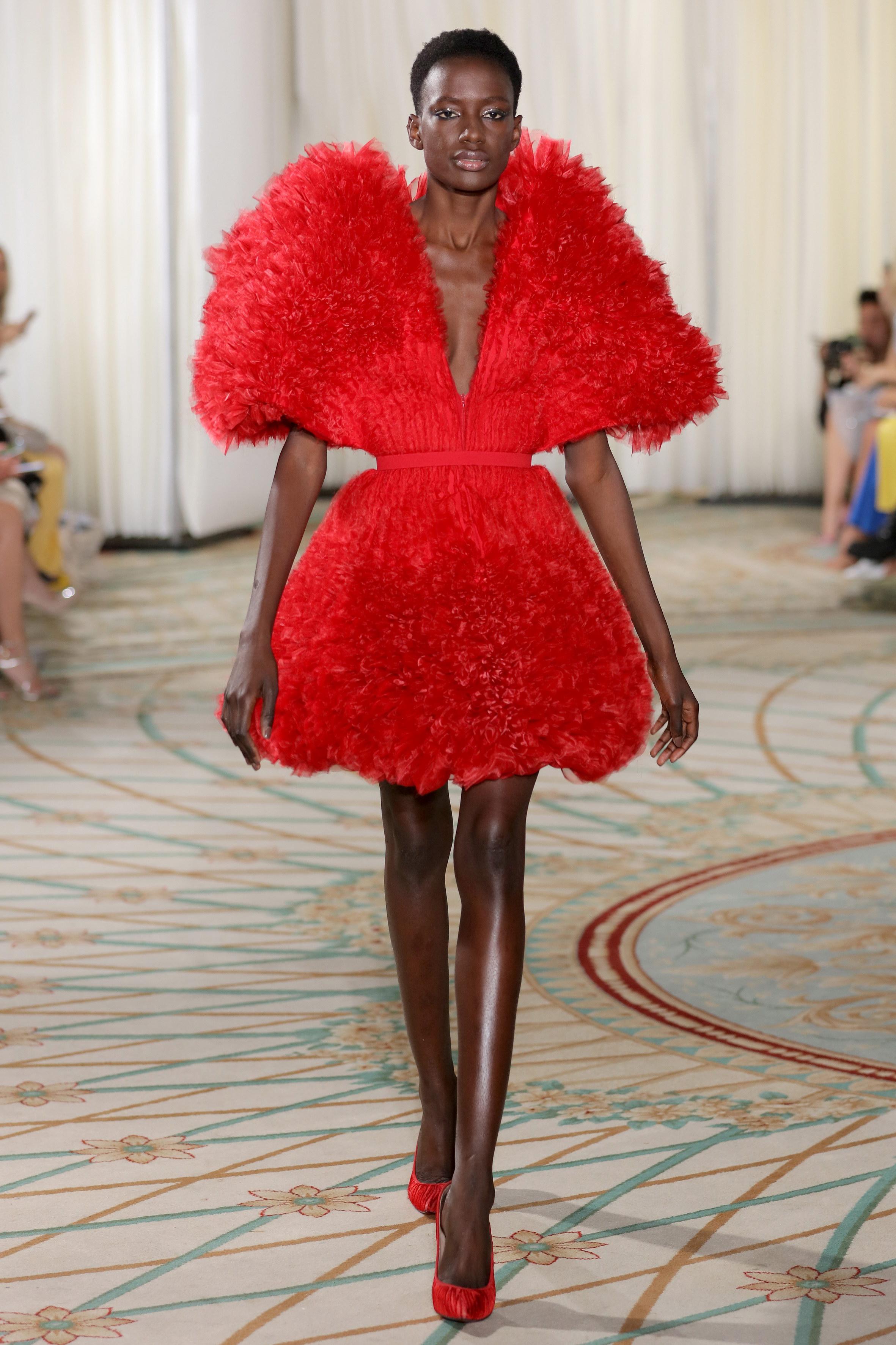 فستان أحمر ضمن المجموعة