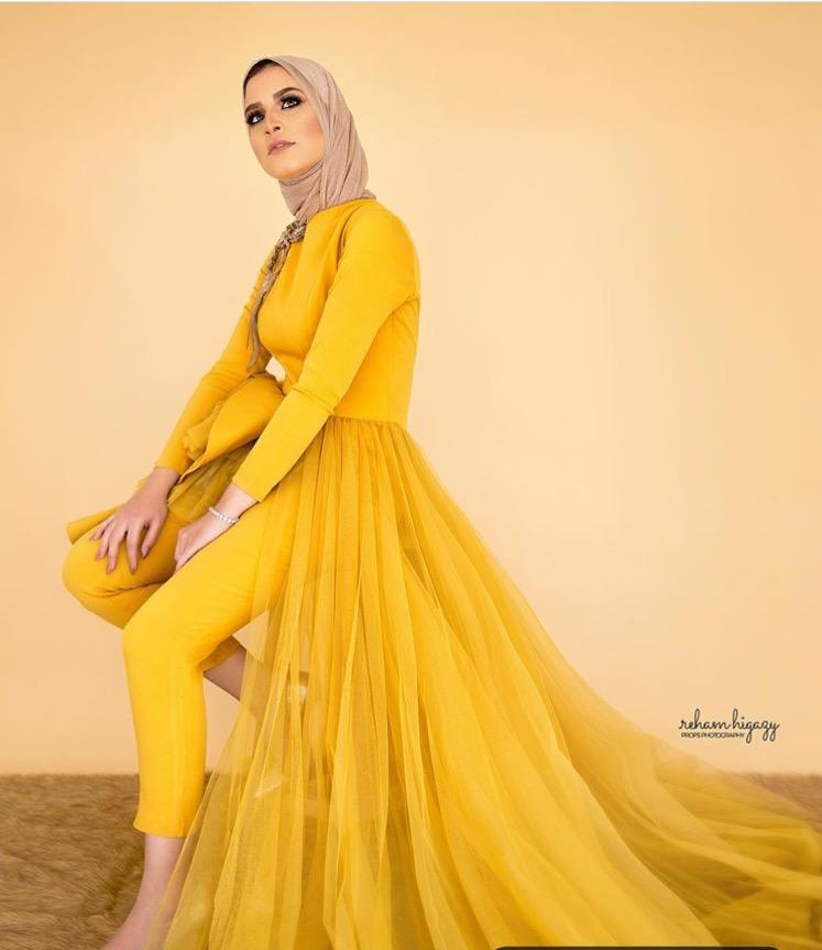 ياسمين المراكبي بفستان أصفر خردلي مع البنطلون