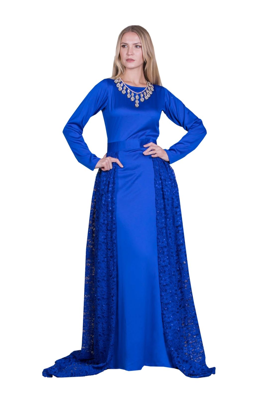 ab7adaac0 نصل إلى الإطلالة الثالثة والتي تتّسم بالإثارة والجاذبية مع : فستان سهرة  طويل باللون الأسود من مجموعة بينك سولت