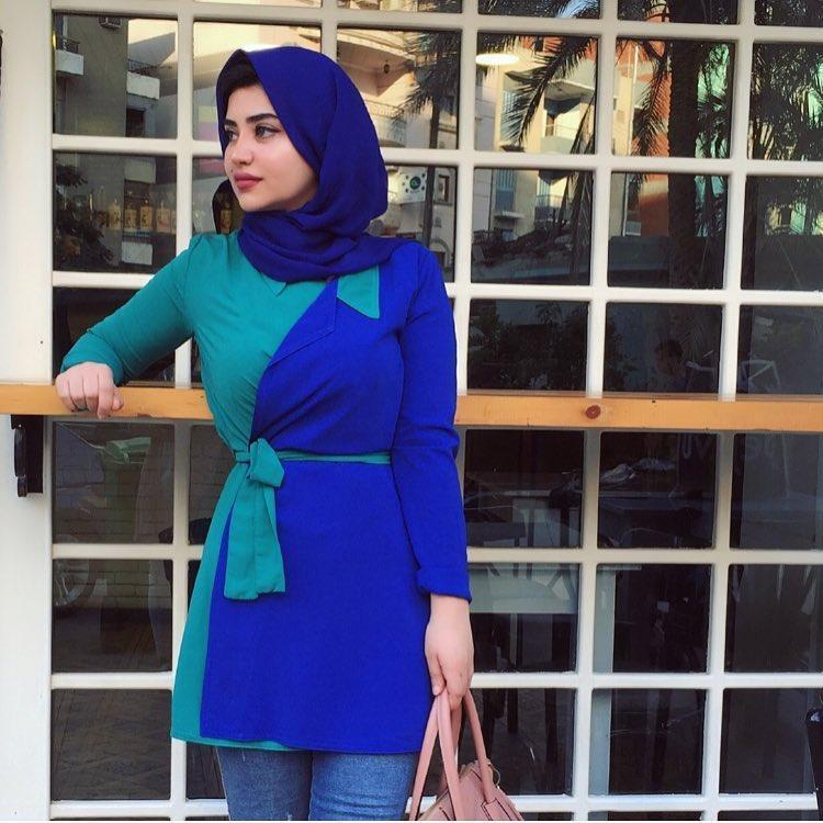 424c2e428da09 استغلت مدونة الموضة نهال باشا البلوزات الملونة المزينة بالأزهار، ونسقت معها  الكثير من الحجاب الملون، أيضاً حبها للألوان الزاهية كالفوشيا والأحمر  والأخضر ...