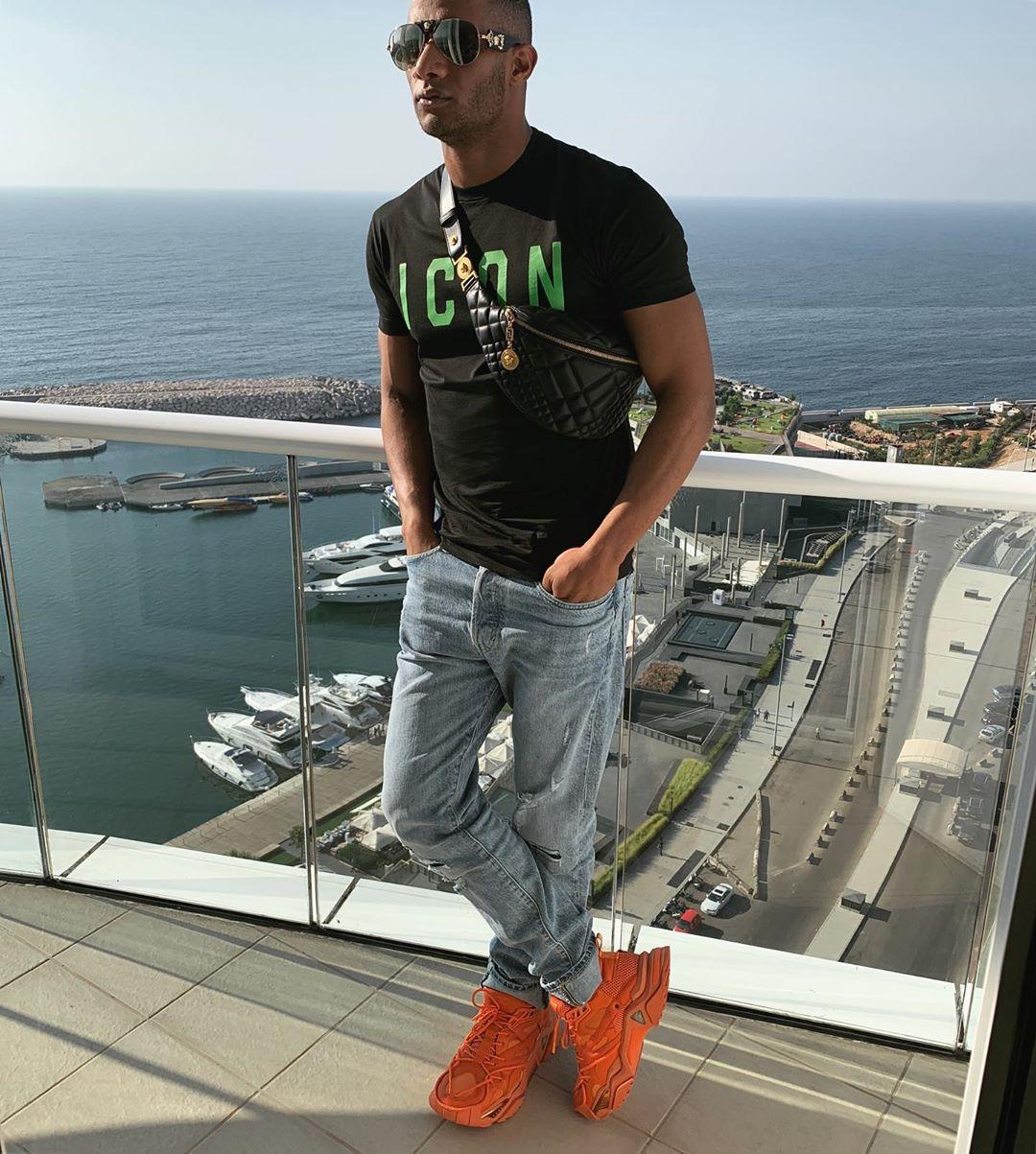 إطلالة شبابية اختار فيها محمد رمضان حذاء باللون البرتقالي