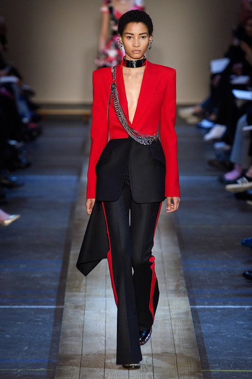 بدلة بتصميم جذاب من Alexander McQueen