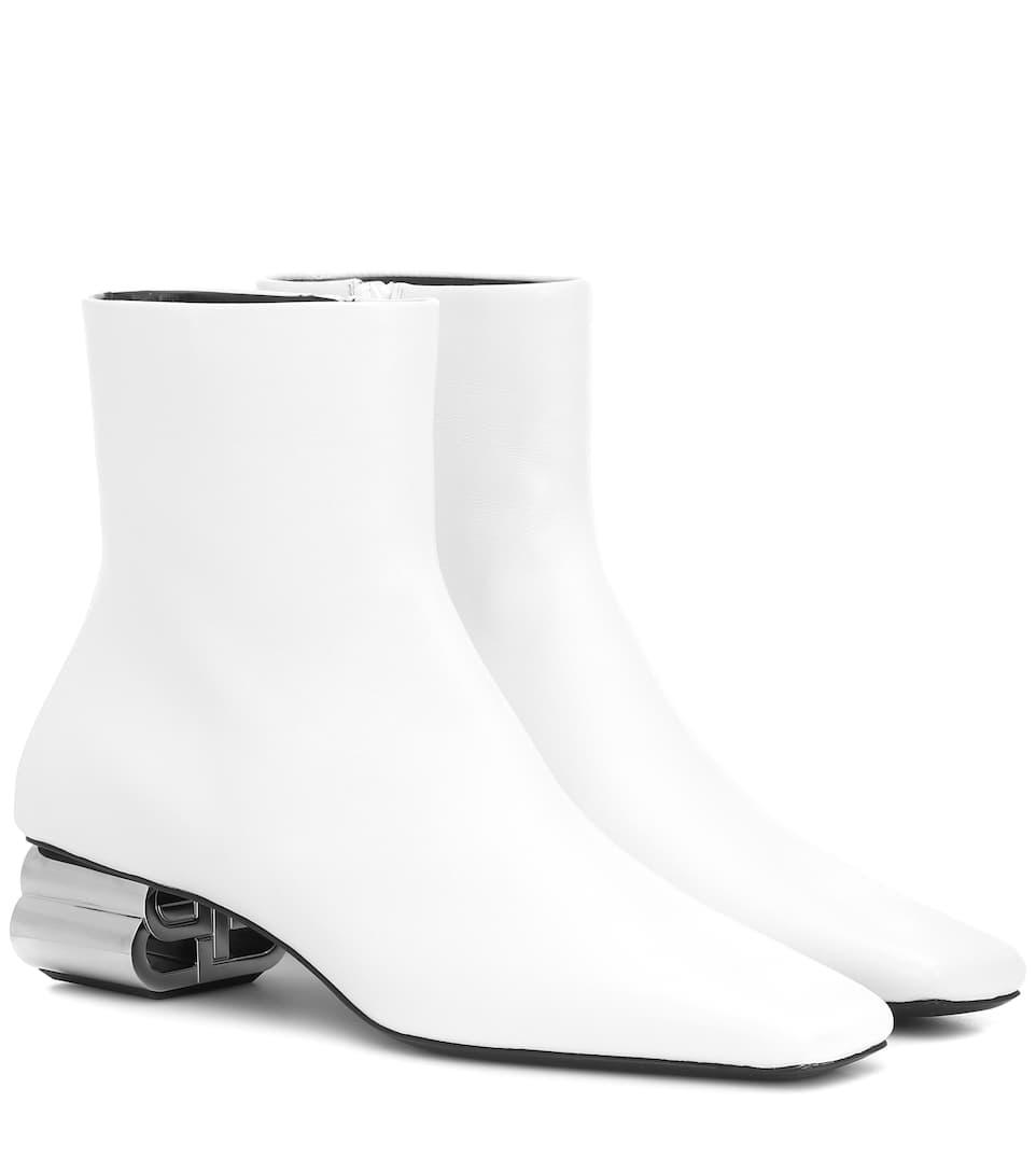حذاء باللون الأبيض وبتصميم غريب من Balenciaga