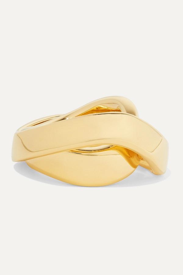 خاتم يناسب إطلالات العمل بتصميم غير تقليدي من Balenciaga
