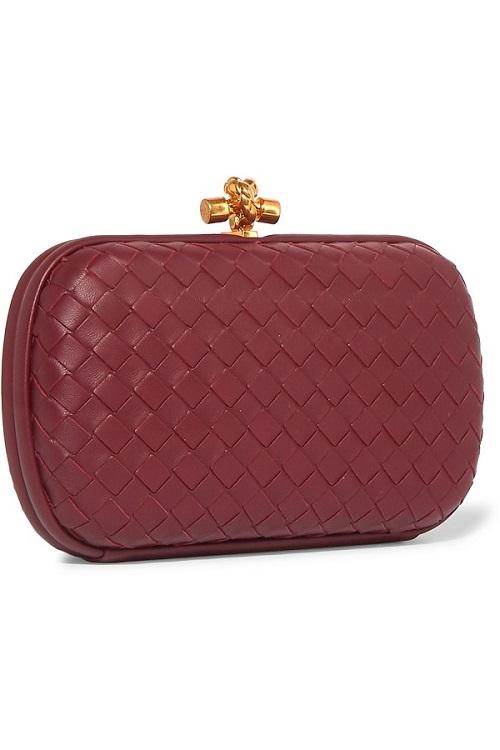 شنطة يد باللون الأحمر القاتم من Bottega Veneta