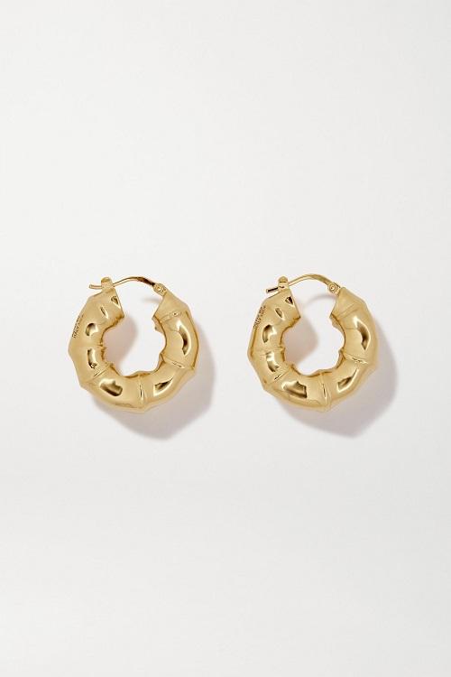 أقراط من الذهب بتصميم ناعم وبسيط من Bottega Veneta