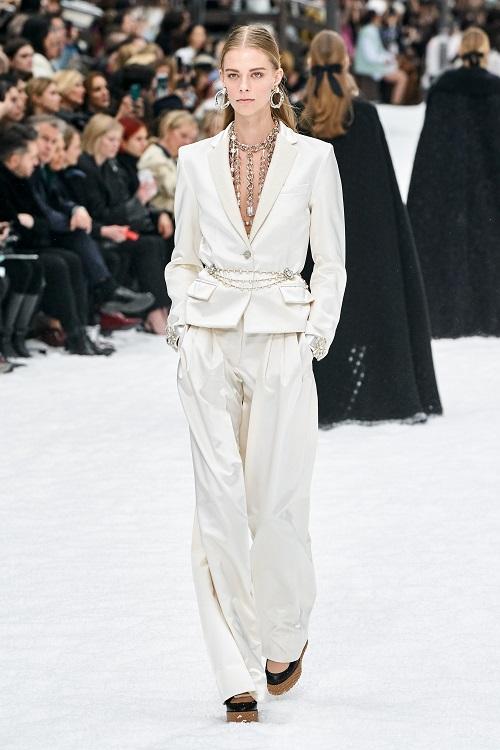 بدلة باللون الأبيض من Chanel