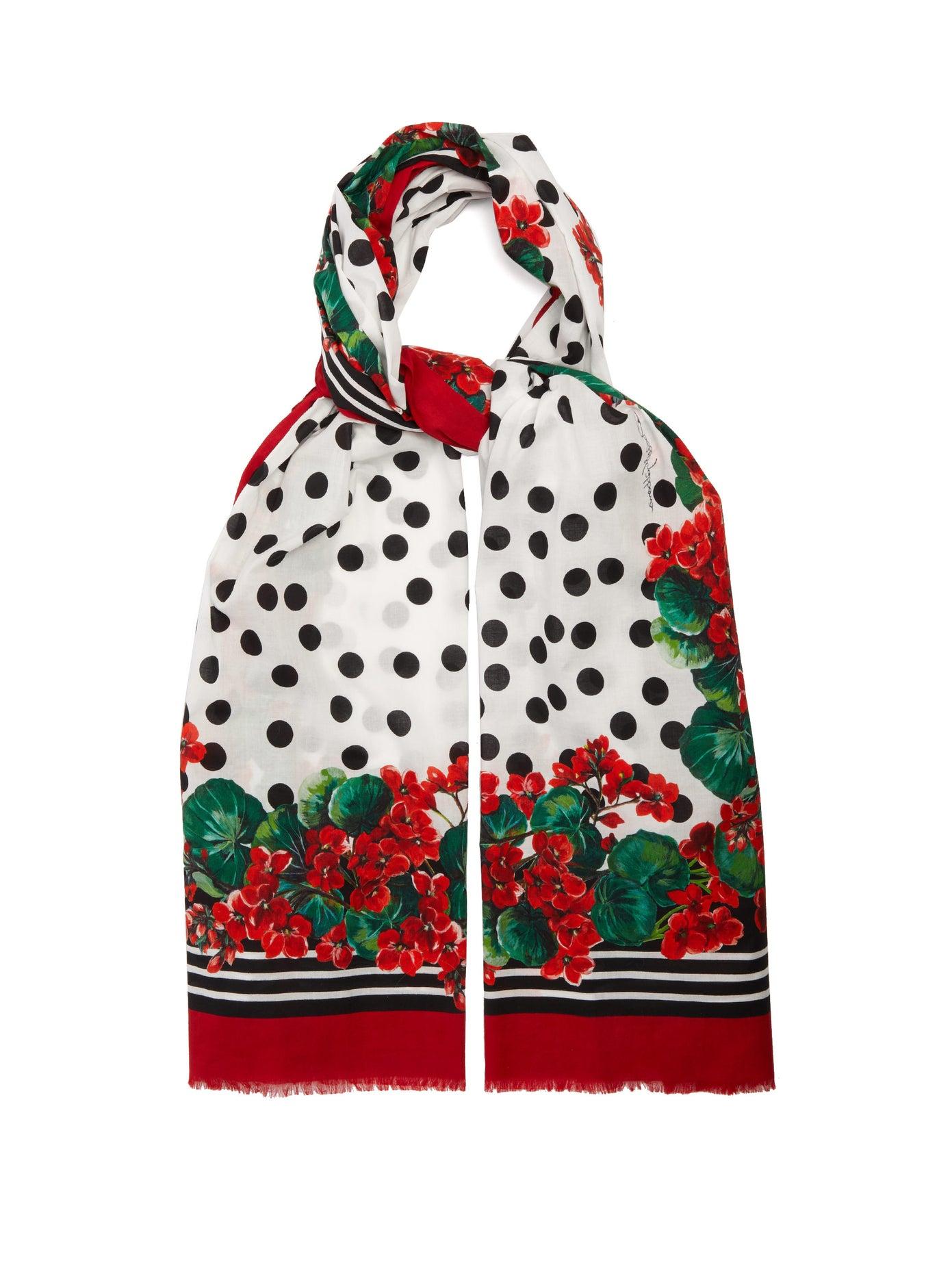 سكارف ملون ومميز من Dolce and Gabbana