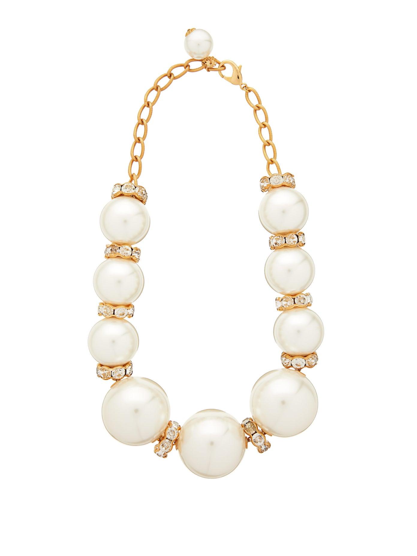 عقد من Dolce and Gabbana تميز بحبّات اللؤلؤ المتفاوتة الحجم وأحجار الماس