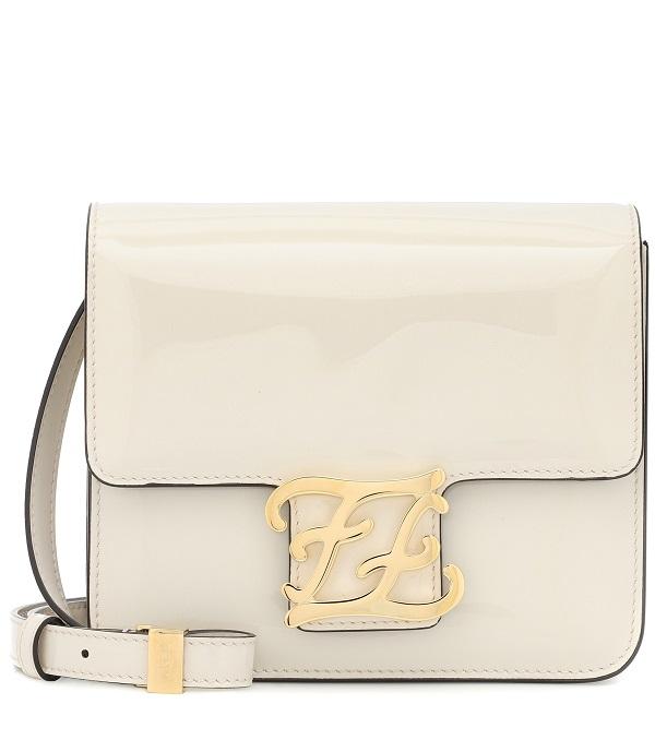 حقيبة بيضاء بحجم ناعم وشكل لافت من Fendi