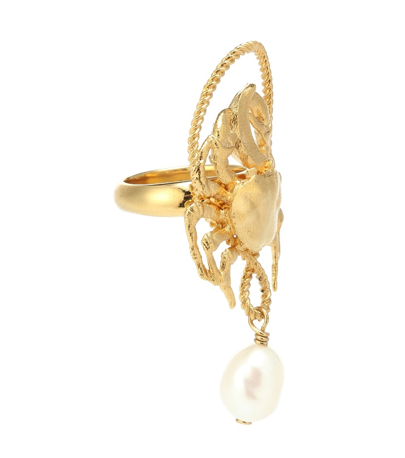 خاتم من الذهب الأصفر بتصميم لافت ومميز مع حبة لؤلؤ من Givenchy