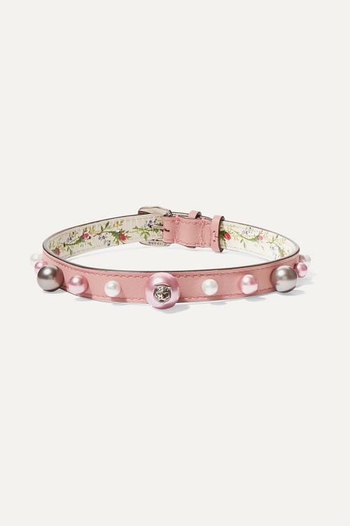 قلادة شوكر من الجلد الوردي بتصميم لافت من Gucci