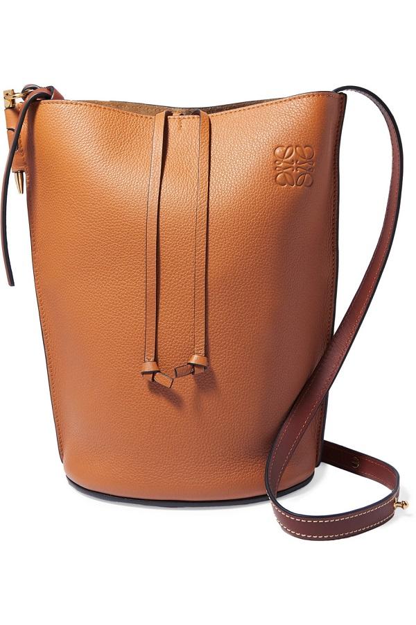 حقيبة اسطوانية باللون العسلي المائل إلى البني من Loewe