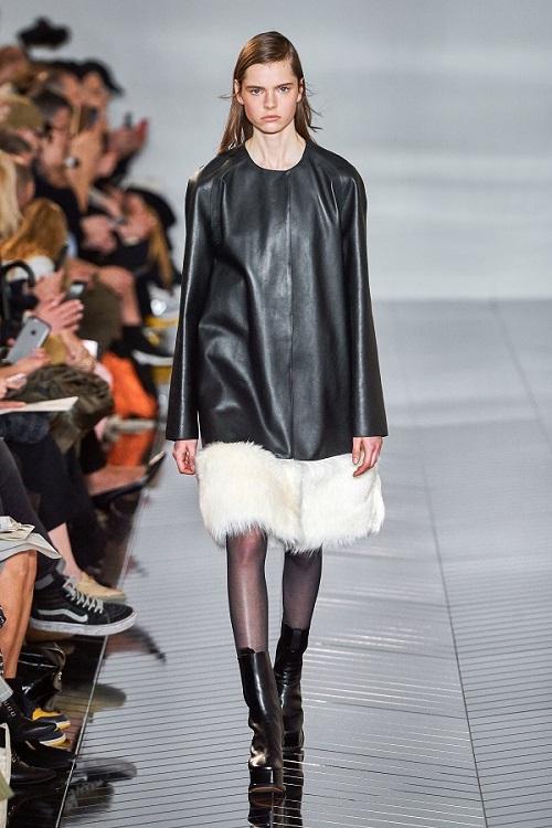 فستان من الجلد الأسود من Loewe