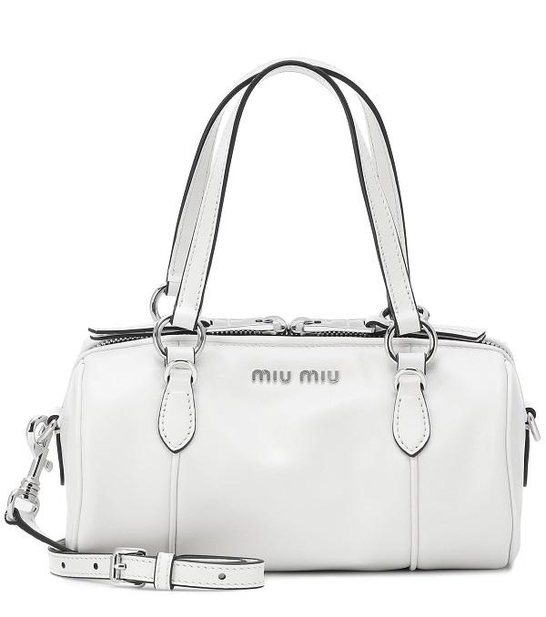 حقيبة بيضاء بحجم كبير لإطلالة أنيقة من Miu Miu