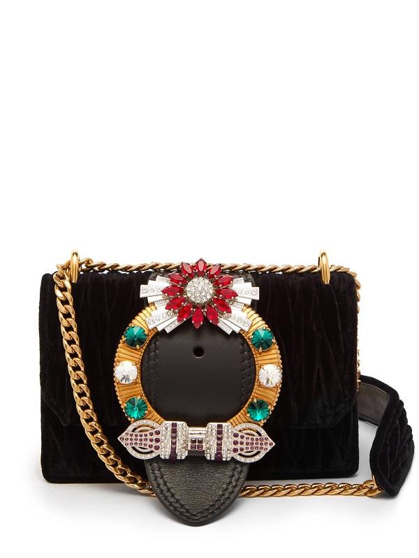 حقيبة يد كلاتش باللون الأسود الأنيق من Miu Miu