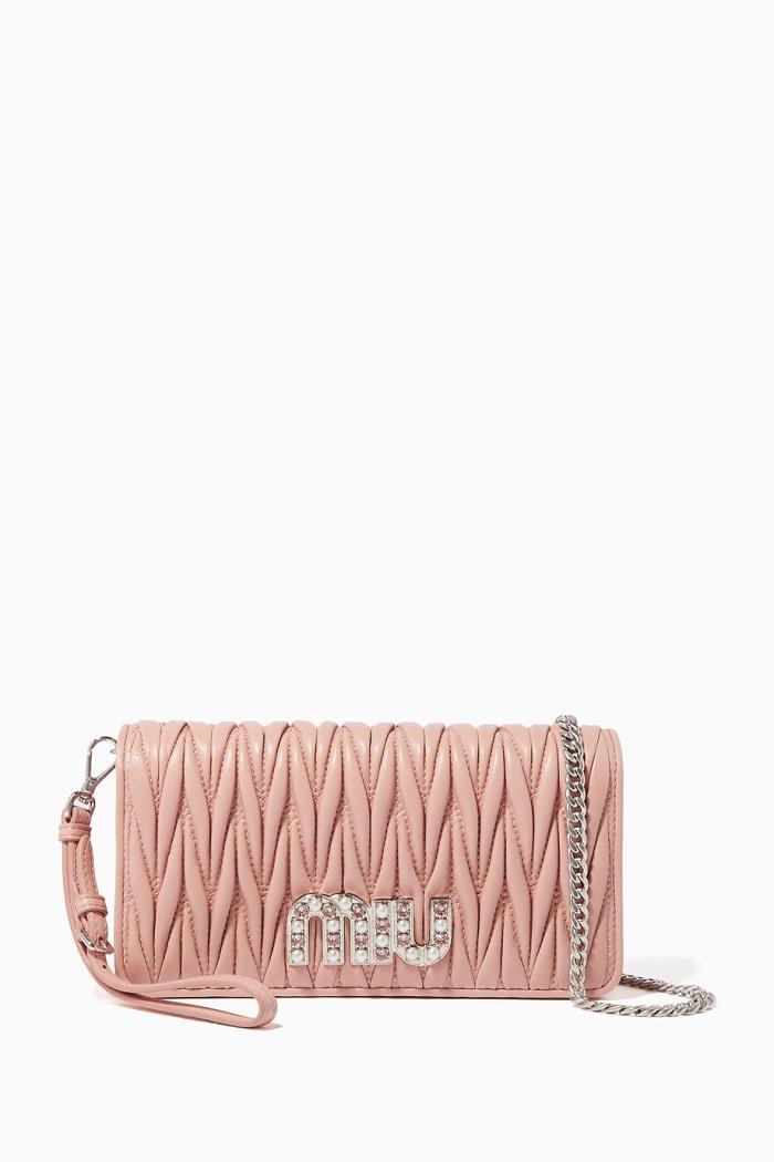 حقيبة يد باللون الزهري مرصعة من Miu Miu