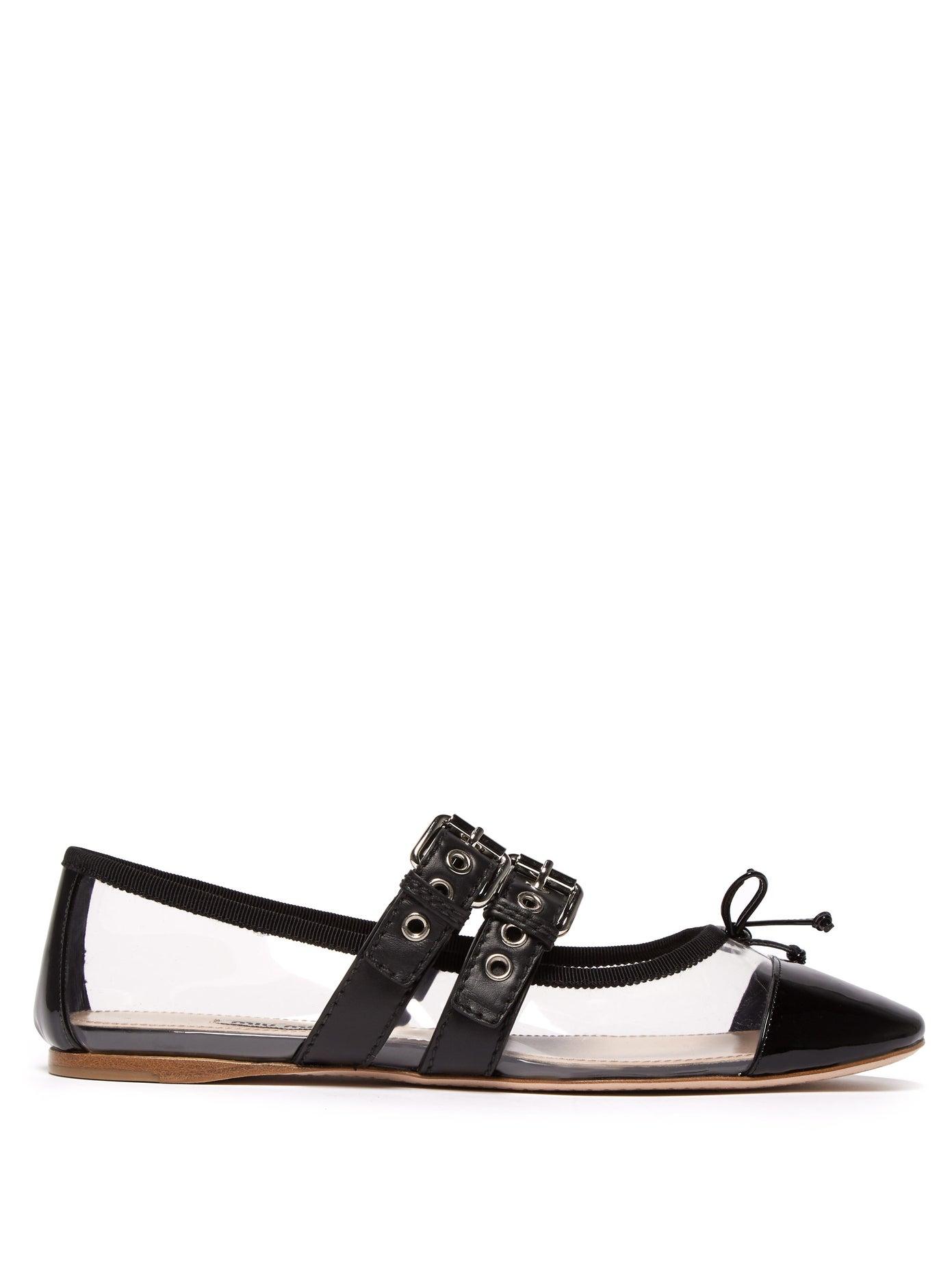 حذاء شفاف باللون الأٍود لأناقة فاخرة منMiu Miu