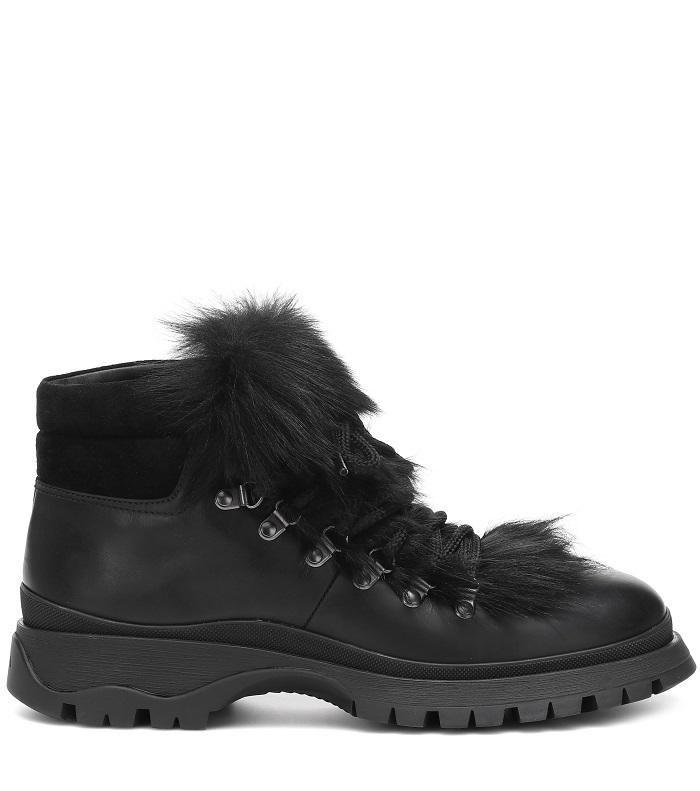حذاء من الفرو الأسود بتصميم عصري وكاجوال من Prada