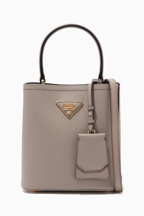 حقيبة مزدوجة تناسب الإطلالة الكلاسيكية من Prada