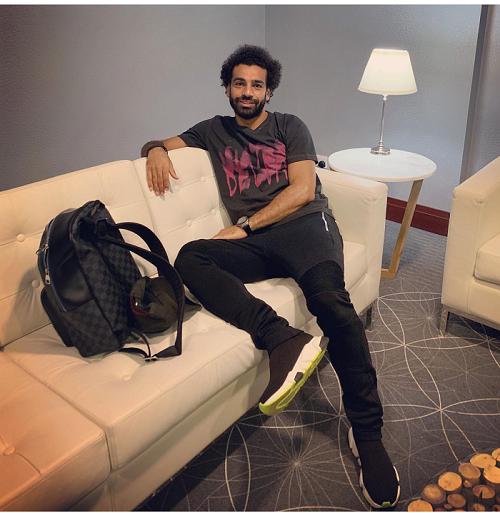 محمد صلاح بإطلالة كاجوال عصرية بحذاء رياضي باللون الاسود
