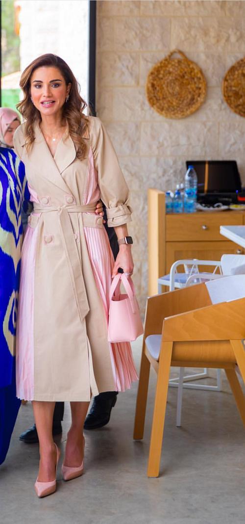 الملكة رانيا بإطلالة أنيقة ومميزة مع حقيبة يد باللون الوردي الفاتح