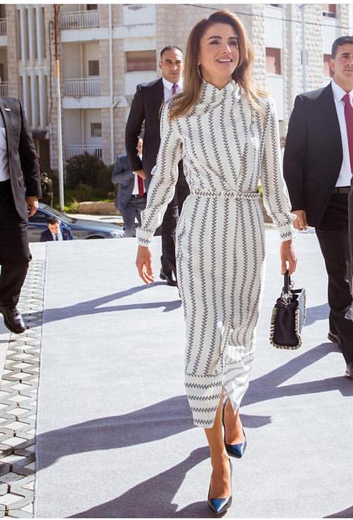 الملكة رانيا تختار حقيبة يد باللون الأسود الأنيق
