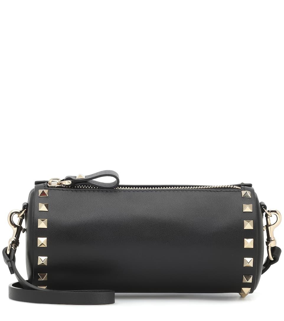 حقيبة أسطوانية تناسب الإطلالات الكلاسيكية من Valentino