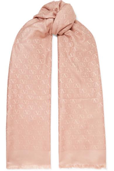 سكارف بتصميم ناعم ومميز من Valentino