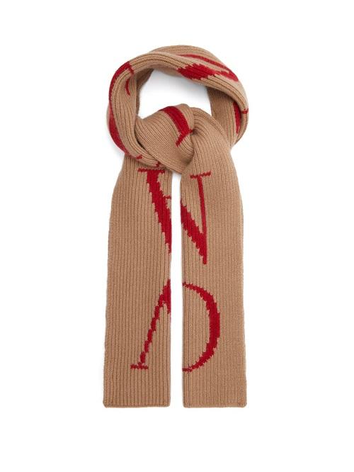 كوفية صوف باللون البيج مزينة بنقشات من Valentino