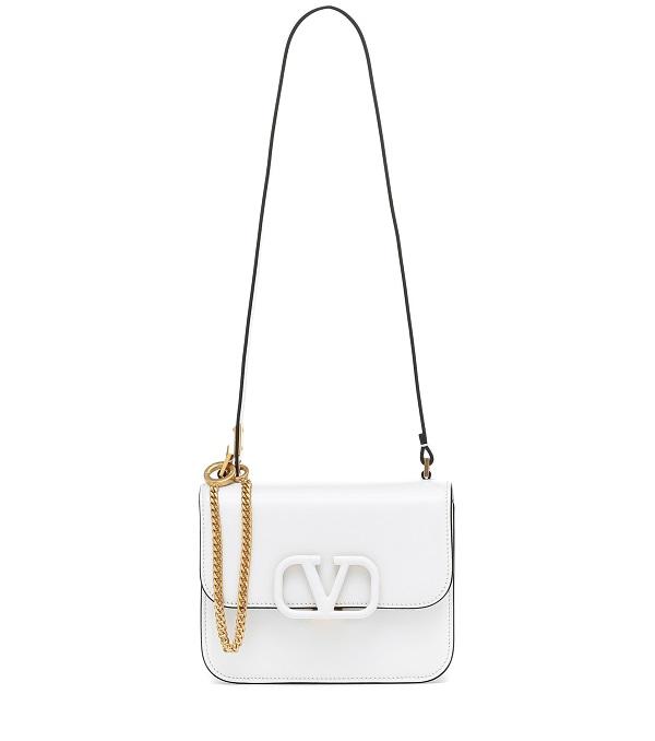 حقيبة بيضاء بحزام طويل من Valentino