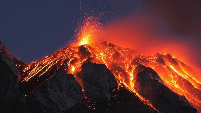 جبل «آغونغ» يغضب مجدداً وبركان الـ«أربع دقائق» يشلُّ حركة الطيران Brkn