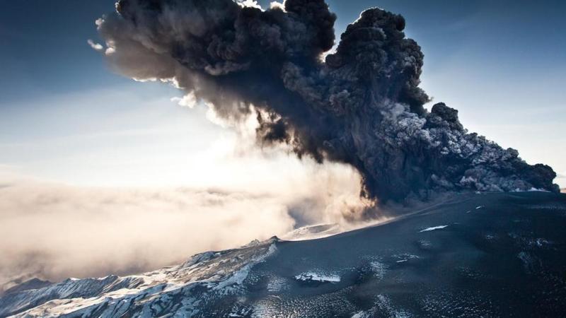 جبل «آغونغ» يغضب مجدداً وبركان الـ«أربع دقائق» يشلُّ حركة الطيران Brkn_2