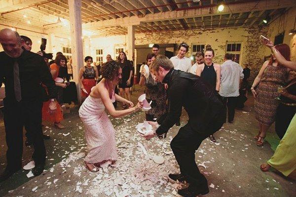 كنس قطع الفخار قبل الزفاف