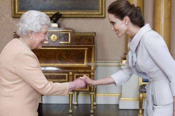 الملكة اليزابيث وانجلينا جولي